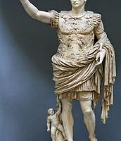 אוגוסטוס שעל שמו נקרא החודש אוגוסט.