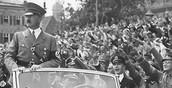 אדלוף היטלר עומד במכונית וכול האנשים מצדיעים