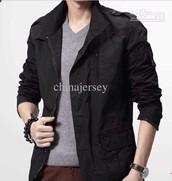 él está usando una chaqueta negro