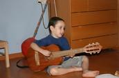 מנגן בגיטרה