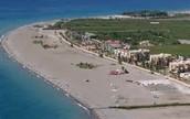 la playa de motril tiene dos puestos importantes como el de las tortas de chocolate y el de hidropedalos
