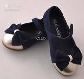 Pequeños zapatos de las niñas