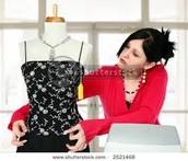 el vestido es por la caja. la cajera es tocando el vestido.