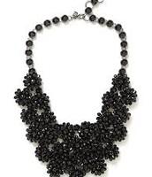 collar negro ($veintitrés)