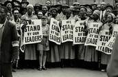 Folla nera protesta nel giorno del processo di Nelson Mandela.