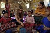 Shakira con niñas de India