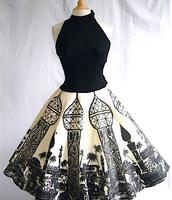Une robe noire et blanche