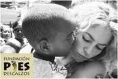 Shakira con un nino de la fundacion