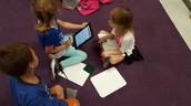 Los estudiantes investigan en línea por maneras a mantener las calabazas de pudra.