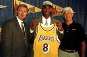 Kobe firmando con los Lakers en 1996