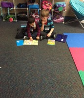 Partner reading in Kinder class