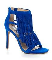 Los zapatos azul cuestan $130.00.