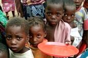 Ayudar alimentemos los niños.