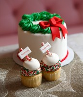 Wreath Cake and North Pole Sign Cupcakes!