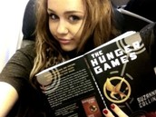 Miley cyrus reading hunger games