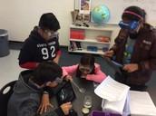 Los estudiantes del grado 6 º usan iPads para registrar experimentos de meteorización y erosión.