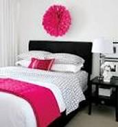 El Dormitorio es rosado, blanco, y negro.
