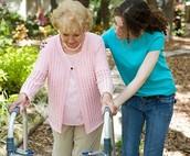 אישה עוזרת לאישה מבוגרת בלי לבקש אף תמורה