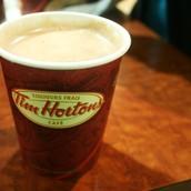 Prener de la chocolat chaud.