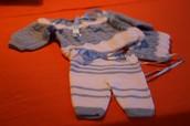 Conjunto gris azulado formado por jersey,pantalón y gorro
