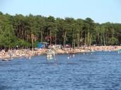 Het strand, het is een groot meer. En overal staan wel dingen. Aan deze kant is het vrij rustig.