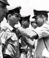 """אלוף ז""""ל מרדכי הוד מעניק את כנפי הטיס לאבישי קציר ..."""