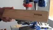 Proceso de corte con taladro en una pieza de madera