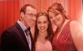 Mi familia es chiquita   somos 3 , mi padre, mi madre y yo!!