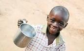 Niño pequeno mostrando agua limpia.