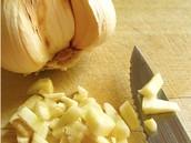 Yo corto el ajo en la tabla de cortar