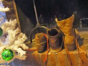 Los niños dejan sus zapatos a lado de la ventana para que los Reyes Magos pongan los regalos ahí.