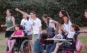 נוער מהחינוך הרגיל ונוער מהחינוך המיוחד משתתפים באותה הפעולה ונהנים  ביחד .