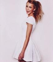 une robe blanche en lin