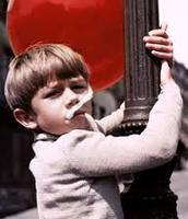 Pascal climbing a street lamp.