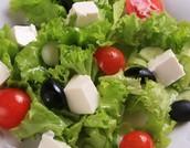 Der grüne Salat mit Feta-Käse