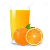 un vaso de jugo de naranja