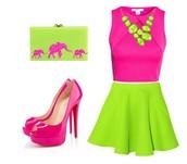 El vestido y los zapatos son de colores vivos.