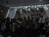 Maestro David Ovilmar et les enfants de l'église Péniel à la veille de Noël (le 24 décembre)