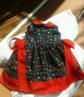 Vestido aterciopelado con tonos rojizos