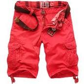 pantalones cortos y son de color rojo