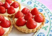 Dessert: Pâtisserie fraises avec de la sauce au chocolat.