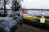 אגם ואן בצידה האחורי של הווילה