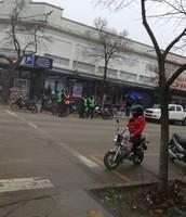 Policías de tránsito y mujer con casco.