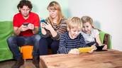 Dar ejemplo a los hijos dejando de usar el celular y estar mas en familia.