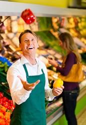 In unserem Geschäft bieten wir nur frische Lebensmittel an!